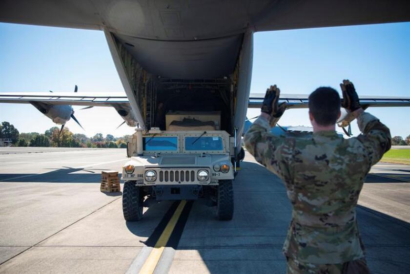 Soldados cargan un vehículo militar a bordo de un Super Hércules C-130J en Fort Knox en Kentucky (Estados Unidos), el 29 de octubre de 2019, antes de dirigirse a la frontera entre EEUU y México. EFE/ Zoe M. Wockenfuss / Departamento De Defensa De EEUU SÓLO USO EDITORIAL/ NO VENTAS
