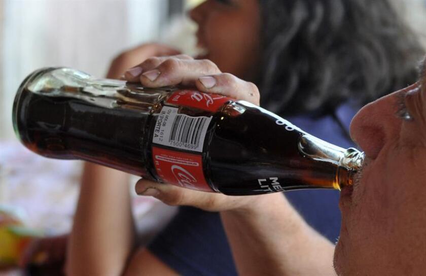 """Un juez mexicano declaró inconstitucional el sistema de etiquetado frontal de alimentos y bebidas no alcohólicas del país por ser """"impreciso"""" y porque no permite conocer la cantidad """"real"""" de azúcar que contienen los productos, informó hoy el Consejo de la Judicatura Federal (CJF). EFE/ARCHIVO"""