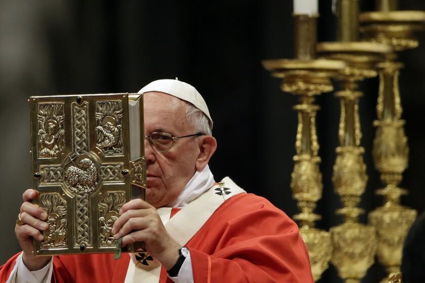 El papa Francisco celebra una misa de consagración de 25 arzobispos en la basilica de San Pedro, Vaticano. (AP Foto/Gregorio Borgia)