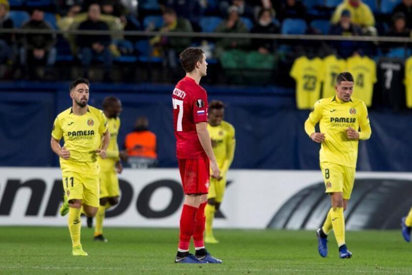 El centrocampista del Spartak de Moscú Alexander Lomovitskiy (c) tras encajar su equipo el segundo gol ante el Villarreal, durante el partido de la fase de grupos de Liga Europa que se disputa esta noche en el estadio de la Cerámica. EFE