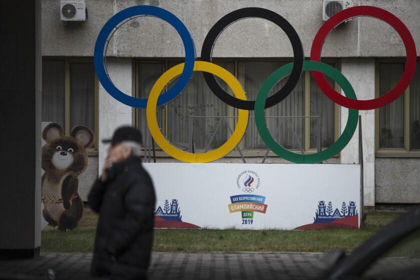 Los anillos olímpicos y la mascota Misha de los Juegos Olímpicos de Moscú 1980 frente a la sede del Comité Olímpico de Rusia