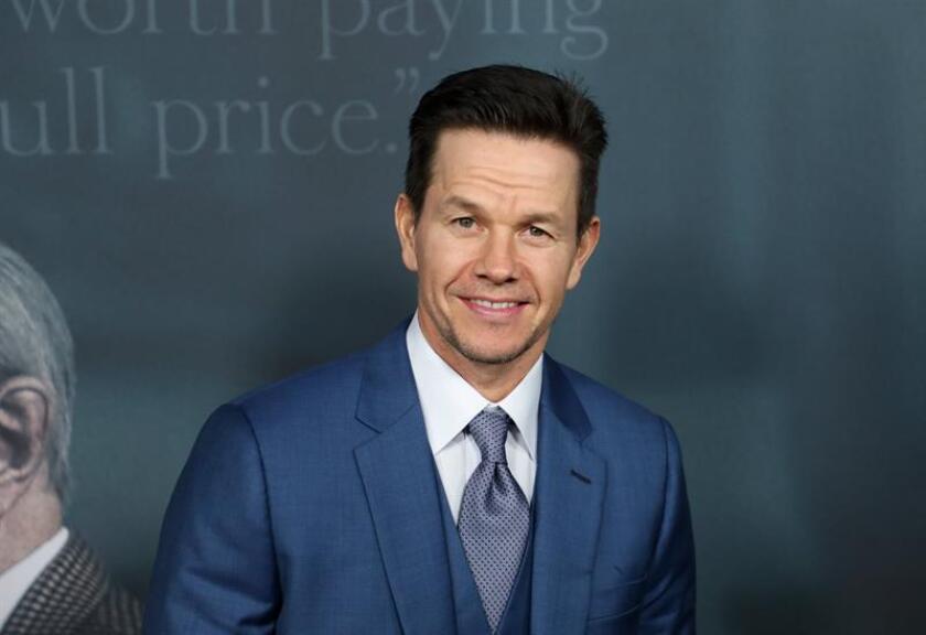 """El actor estadounidense y miembro del reparto de la película """"Todo el dinero del mundo"""", Mark Wahlberg, posa para los fotógrafos a su llegada al estreno de la película en Beverly Hills, California, Estados Unidos. EFE/Archivo"""