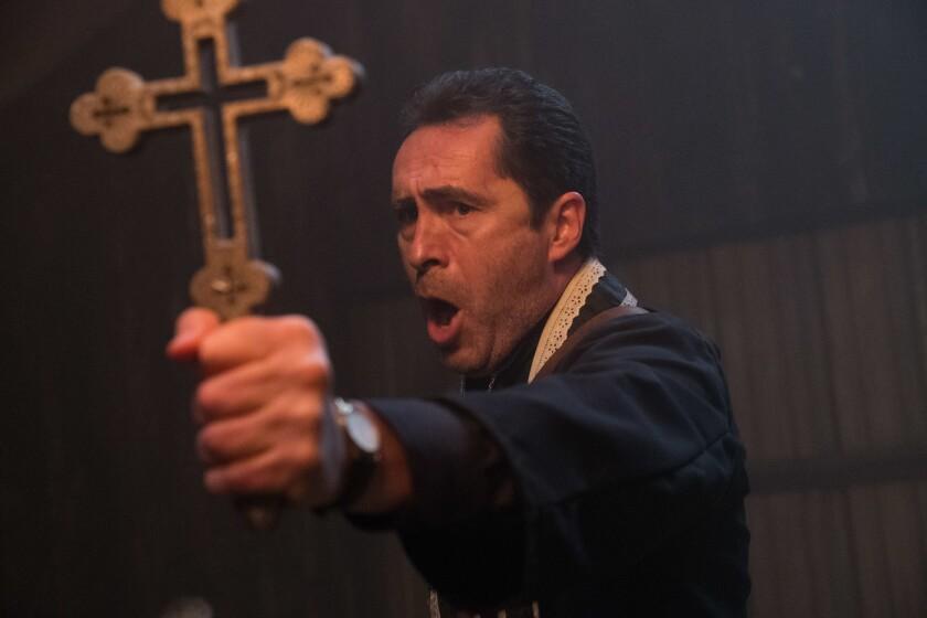 """""""The Nun"""", una película de terror que se estrena este fin de semana, tiene en uno de sus roles estelares a Demián Bichir, en la foto."""
