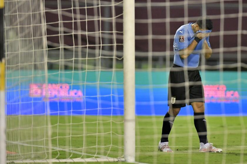 El delantero de Uruguay Luis Suárez reacciona durante el partido contra Venezuela por las eliminatorias mundialistas, el martes 8 de junio de 2021, en Caracas. (AP Foto/Matias Delacroix, Pool)