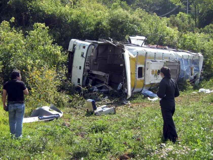 Al menos siete personas murieron y 28 más resultaron heridas cuando un autobús urbano cayó a un canal de aguas negras en el municipio de Tlaquepaque, en el occidental estado mexicano de Jalisco, informaron hoy fuentes oficiales. EFE/Archivo