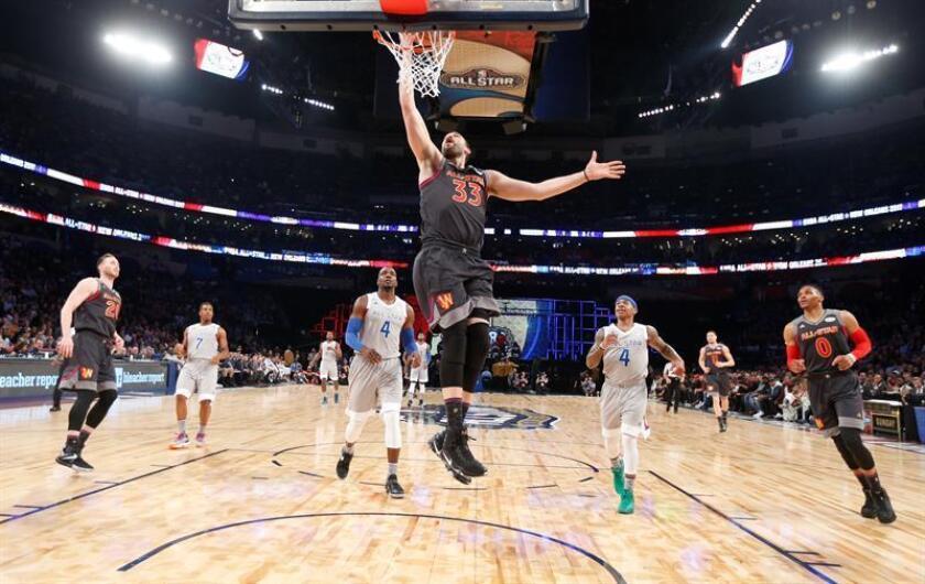 El pívot español Marc Gasol, de los Grizzlies de Memphis (C) va a la canasta durante el Juego de Estrellas de la NBA en el Smoothie King Center de Nueva Orleans, Louisiana, USA, 19 de febrero de 2017. EFE