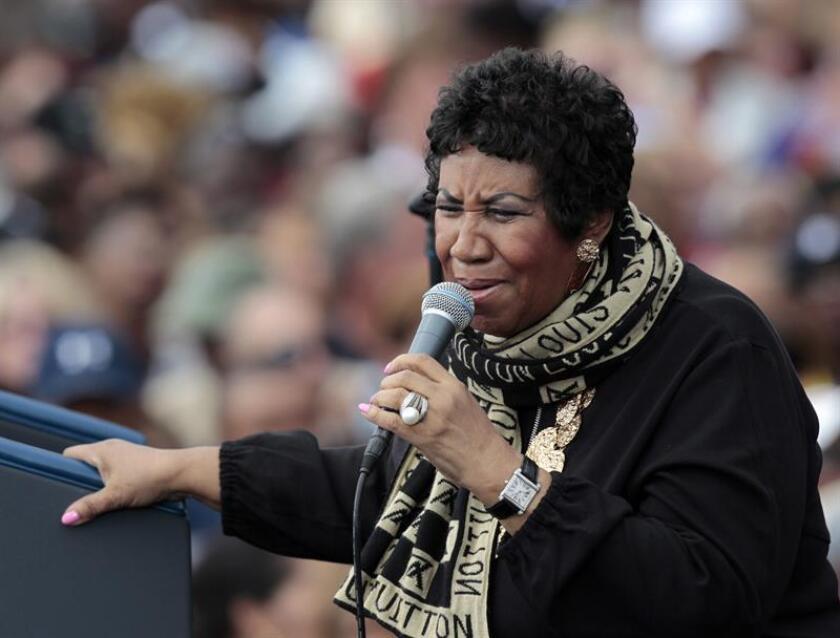 Más de un centenar de personas rezó, dio palmas y cantó hoy antes del amanecer en honor a la cantante Aretha Franklin, de 76 años y en estado grave, en la iglesia bautista de New Bethel en la ciudad de Detroit donde su padre fue pastor durante más de 30 años. EFE/Archivo