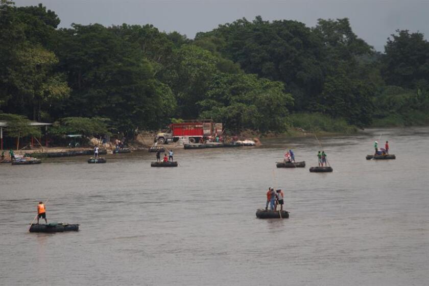 Varios grupos de migrantes hondureños cruzan el río suchiate, en la línea fronteriza de México y Guatemala hoy, jueves 18 de octubre de 2018, en Ciudad Hidalgo, en el estado de Chiapas (México). EFE