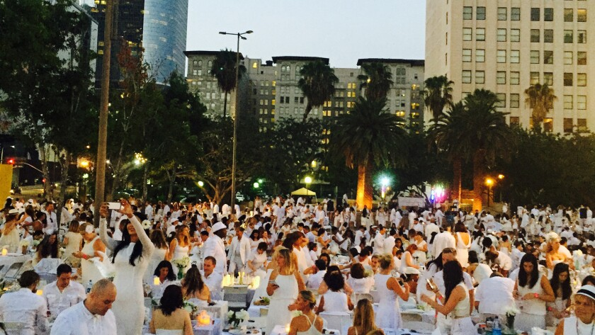 More than 1,000 people gathered in Pershing Square last night for the Diner en Blanc pop-up dinner.