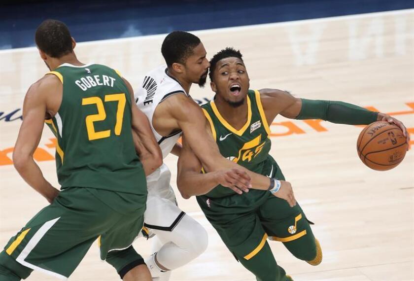 El jugador Donovan Mitchell (dcha) de Utah Jazz en acción ante Spencer Dinwiddie (c) de Brooklyn Nets durante un partido de la NBA entre Utah Jazz y Brooklyn Nets disputado este sábado en el Vivint Smart Home Arena de Salt Lake City, Utah (Estados Unidos). EFE