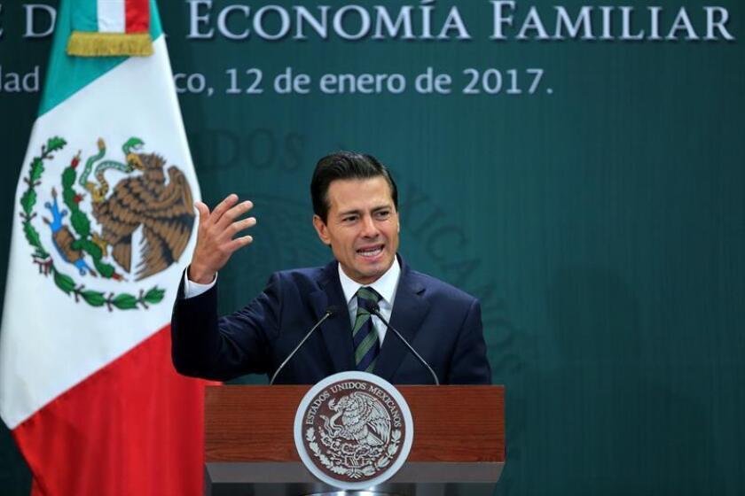 El presidente de México, Enrique Peña Nieto participa el 2 de enero de 2017, durante un acto oficial sobre el anuncio de un paquete de medidas sociales para economía familiar, en Ciudad de México (México). EFE