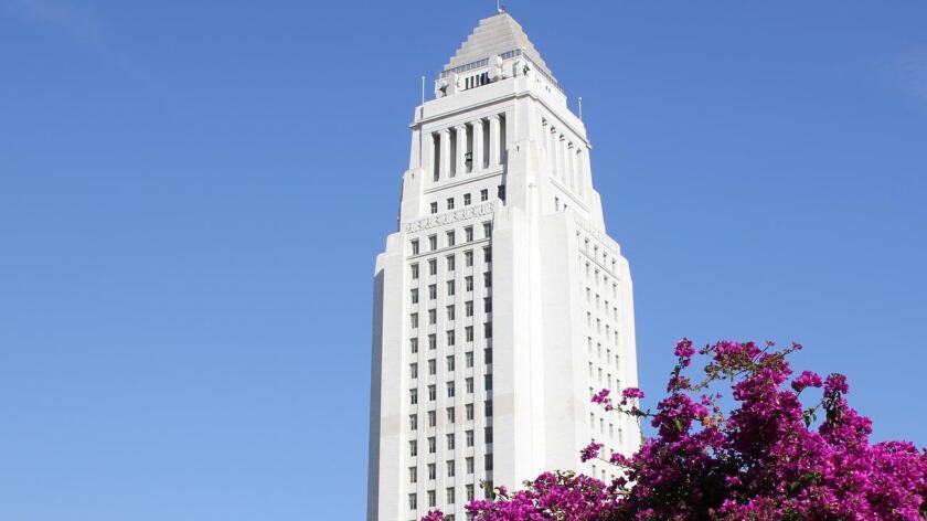 La ciudad de L.A., ofrece exenciones de impuestos a los pequeños comercios y creativos independientes cuyos ingresos anuales no superen los 100.000 y los 300.000 dólares anuales, respectivamente.