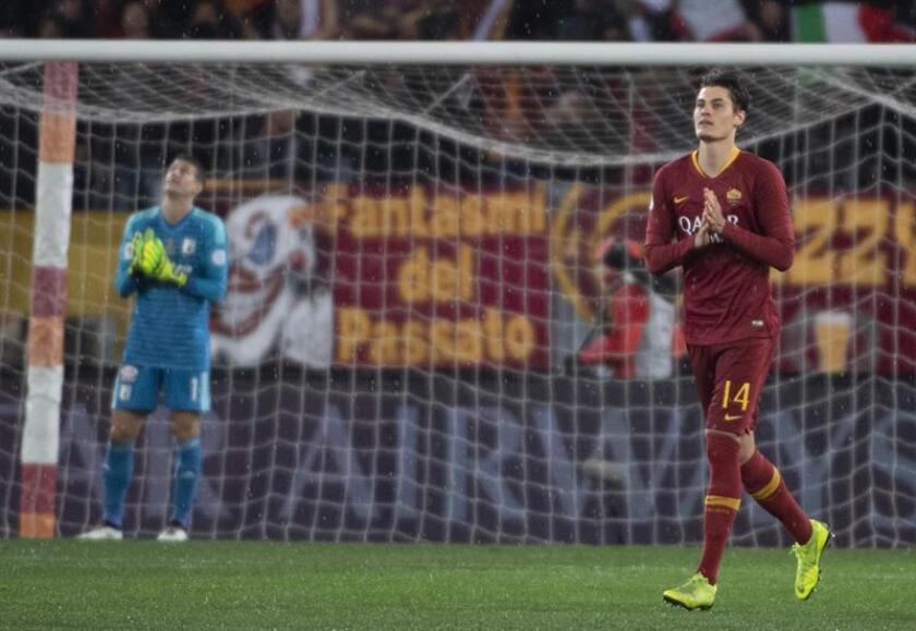 Patrik Schick (d) de Roma celebra su anotación ante Virtus Entella durante el partido de fútbol de la Copa de Italia entre AS Roma y Virtus Entella en el estadio Olímpico de Roma, Italia. EFE