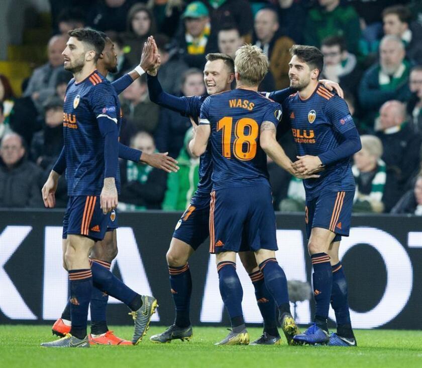 Ruben Sobrino (d) del del Valencia CF celebra con su compañero de equipo Denis Cheryshev (c) tras anotar el segundo gol durante un partido de la Liga Europea UEFA, entre el Celtic y el Valencia, este jueves, en Glasgow, Escocia (R.Unido). EFE
