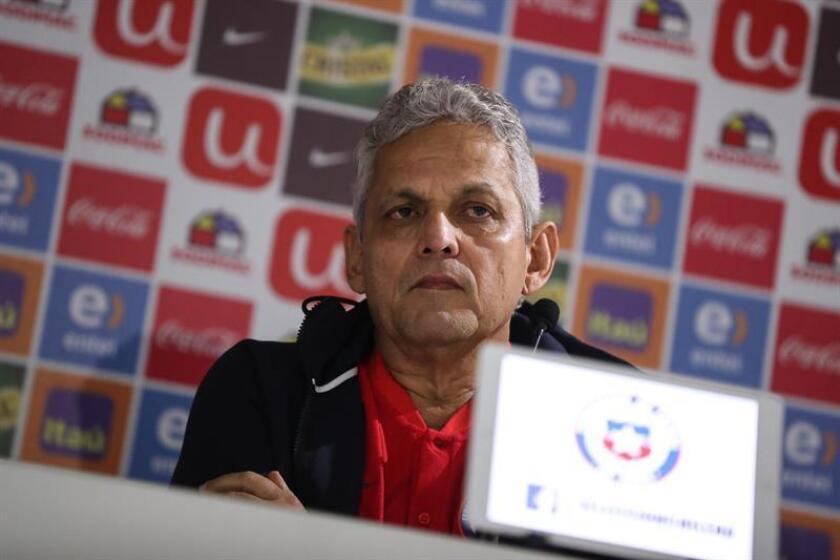 En la imagen, el seleccionador de Chile, el colombiano Reinaldo Rueda, ofrece una conferencia de prensa hoy, en Santiago (Chile). EFE/Archivo