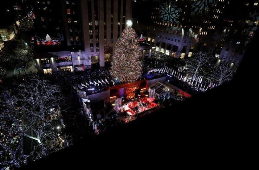 El Árbol de Navidad del Rockefeller Center se ilumina durante la ceremonia anual de iluminación en el Rockefeller Center en Nueva York, Nueva York, EE. UU., el 28 de noviembre de 2018. EFE