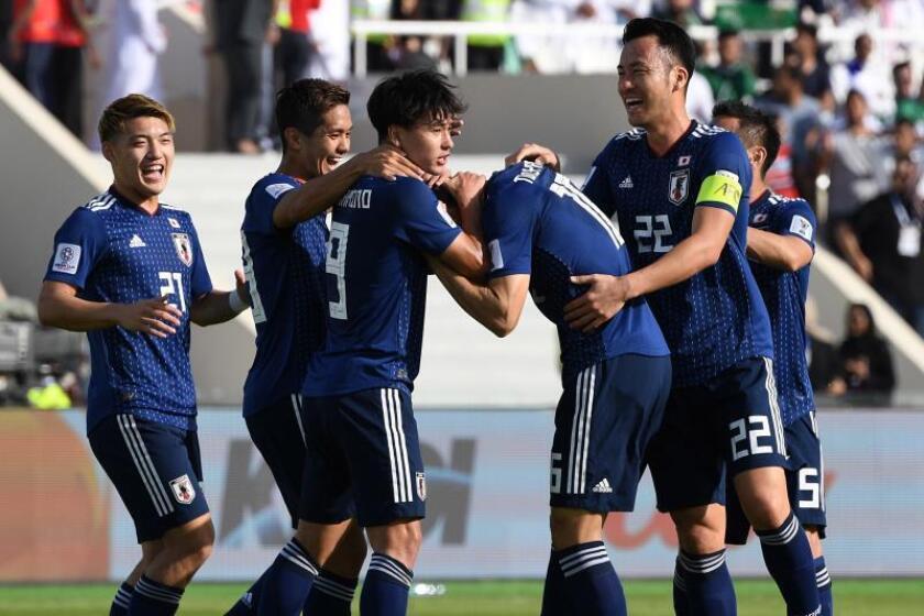 Jugadores de Japón celebran el gol del 1-0 durante el partido de octavos de final de la Copa Asia entre Japón y Arabia Saudí en Sharjah. EFE