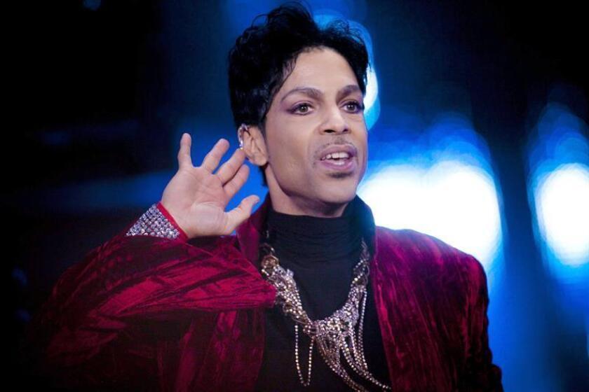 """La discográfica Warner Bros. Records confirmó hoy en un comunicado que editará el próximo 21 de septiembre un álbum inédito de Prince titulado """"Piano & a Microphone 1983"""". EFE/Archivo"""