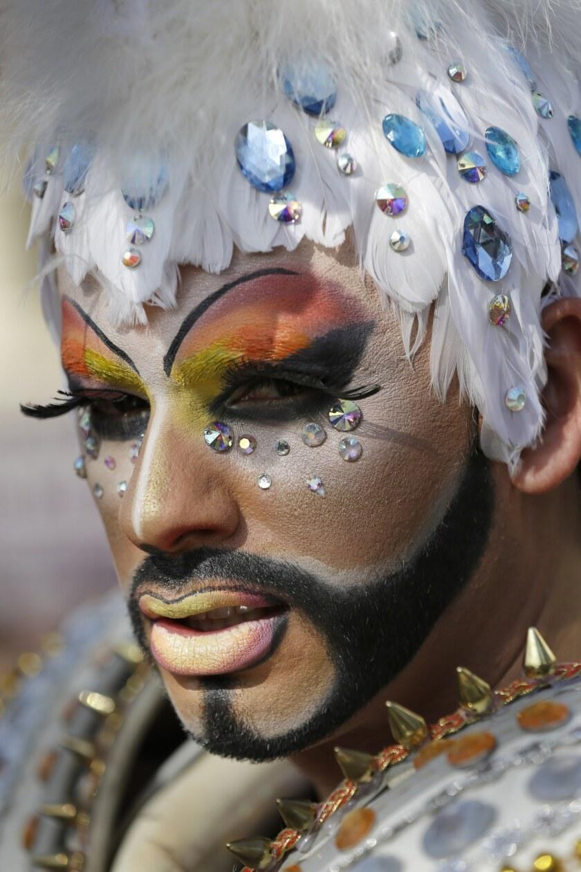 Un travestí, que ha elegido el nombre de Ironice, posa durante el 15to desfile del orgullo gay para conmemorar el Día Internacional del Orgullo Gay, en Santiago, Chile, el sábado 27 de junio de 2015. Los que participaron exigen derechos iguales para la comunidad LGBTI, así como una Ley de Identidad de Género y un Ministerio de Diversidad. (Foto AP/Jorge Saenz)