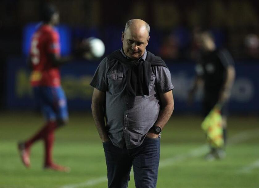 El Comunicaciones, dirigido por el uruguayo Willy Coito (en la imagen), perdió este domingo el invicto en el torneo Clausura 2019 de fútbol en Guatemala, tras caer 2-1 ante el Malacateco. EFE/Archivo