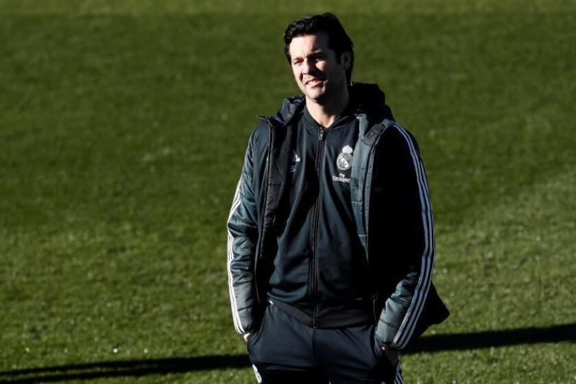 El entrenador argentino del Real Madrid Santiago Solari, durante el entrenamiento celebrado en la Ciudad Deportivo de Valdebebas, preparatorio del partido de LaLiga Santander correspondiente a la 17? jornada que disputan contra el Villareal.- EFE