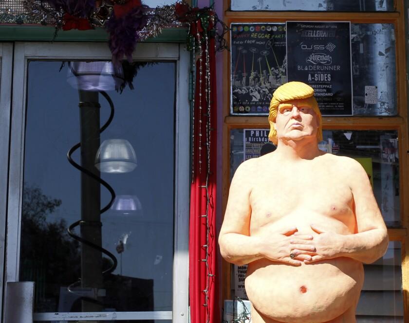 En esta imagen del 18 de agosto de 2016, una estatua del candidato presidencial Donald Trump es colocada fuera de una tienda en la parte de Hollywood en Los Ángeles. La casa subastadora Julien's Auctions informó el miércoles 31 de agosto de 2016 que que va a vender una de las estatuas tamaño natural de Trump desnudo que el colectivo de artistas INDECLINE instaló en diversas partes de los Estados Unidos este mes.Se espera que la estatua se venda en por lo menos 10.000 dólares en la subasta programada para el 22 de octubre. Una porción de los ingresos será entregada al National Immigration Forum. (AP Foto/Delara Shakib)