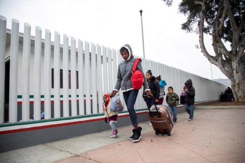 Un grupo de migrantes llega para solicitar la visa humanitaria a la oficina fronteriza estadounidense de El Chaparral, en la frontera de la ciudad de Tijuana, en el estado de Baja California, con Estados Unidos. EFE/Alonso Rochin/Archivo