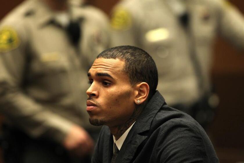 El cantante estadounidense Chris Brown se presenta en una Corte de Los Ángeles, California (EEUU). EFE /Archivo