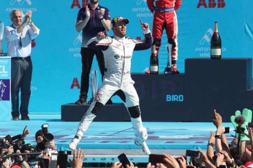 El piloto Sam Bird (Reino Unido) del equipo Envision Virgin Racing (c) celebra su victoria en el Gran Premio de Santiago de Fórmula E el pasado mes de enero. EFE/Archivo