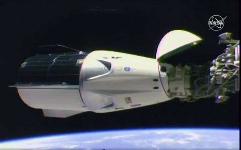 Una imagen de un video de NASA TV que muestra la cápsula del SpaceX Dragon luego de que se acopló con éxito a la Estación Espacial como parte de la misión Demo-1, el 3 de marzo de 2019. EFE/SOLO USO EDITORIAL