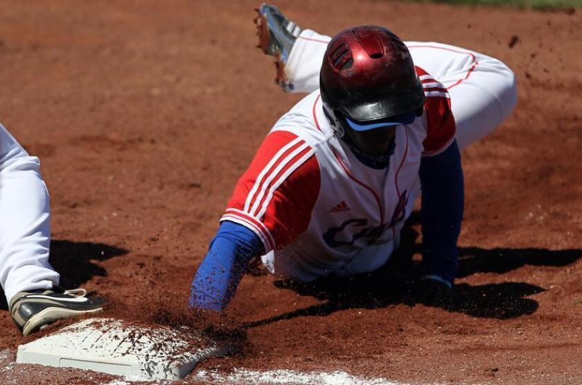El guardabosque cubano Rusney Castillo, de los Medias Rojas de Boston, arrancará a jugar el próximo día 6 con los Criollos de Caguas en la actual Liga de Béisbol Profesional de Puerto Rico Roberto Clemente. EFE/ARCHIVO