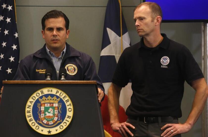 El gobernador de Puerto Rico, Ricardo Roselló (i), habla junto al administrador de la Agencia Federal para la Gestión de Emergencias (FEMA), Brock Long (d), durante una rueda de prensa. EFE/Archivo