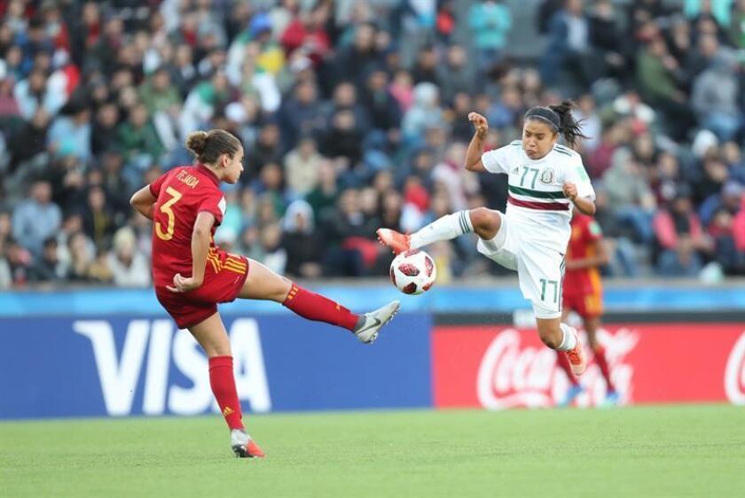 Ana Tejada (i) de España disputa el balón con Natalia Mauleón (d) de México, durante la final entre España y México de la Copa Mundial Femenina de Fútbol Sub-17 entre España y México hoy, en Montevideo (Uruguay). EFE