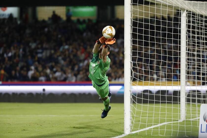 El guardameta de América Agustin Marchesin detiene un balón durante el encuentro ante Pumas hoy, durante el juego de ida de las semifinales del torneo mexicano de fútbol, celebrado en el estadio Olimpico Universitario en Ciudad de México (México). EFE