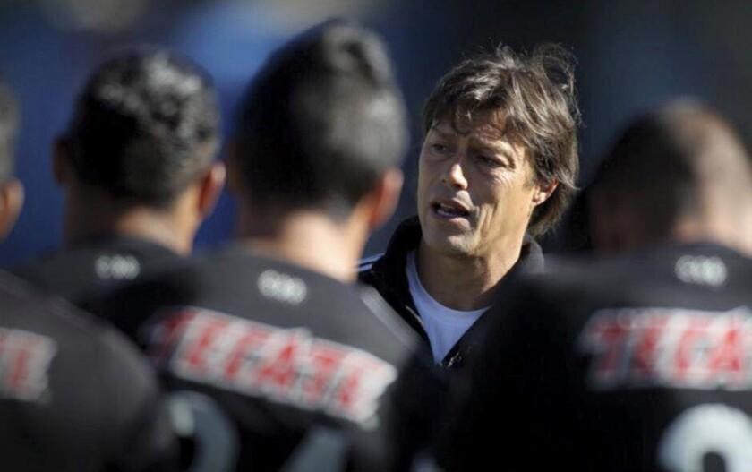 Matías Almeyda (c), estratega de las Chivas, dialoga con sus jugadores.
