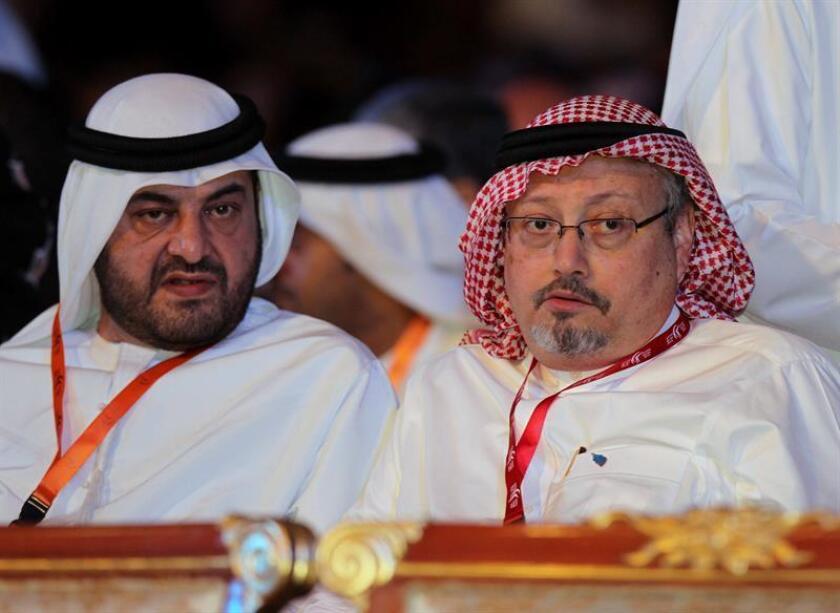 Fotografía de archivo donde se observa al periodista Jamal Khashoggi (d). EFE/Archivo
