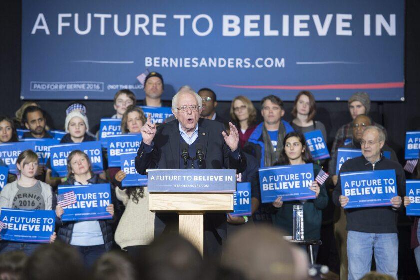 A sólo un día de las primarias en New Hampshire, que comparte 443 kilómetros de frontera con Vermont, Sanders lidera las encuestas en este estado del noreste por más de 10 puntos de ventaja sobre Clinton, una proyección que, de confirmarse, eliminaría definitivamente a la exsecretaria de Estado el cartel de nominada inevitable. EFE/Michael Reynolds