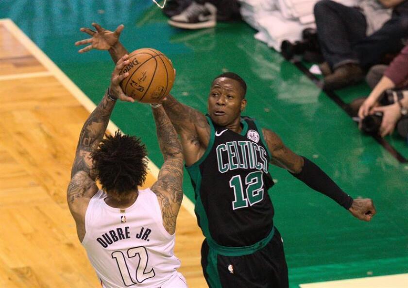 Terry Rozier (d) de Boston Celtics disputa el balón con Kelly Oubre Jr. (i) de Washington Wizards hoy, 14 de marzo de 2018, durante su juego de la NBA en el TD Garden en Boston, Massachusetts (EE.UU.). EFE