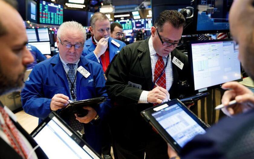 Agentes de bolsa trabajan durante la apertura de la jornada en la Bolsa de Nueva York, en Nueva York (Estados Unidos). EFE/Archivo