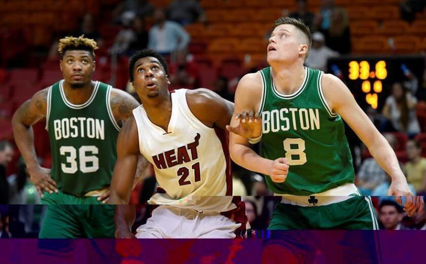 Los jugadores de los Boston Marcus Smart (i), forward Jonas Jerebko (d) lucha por el balón con Hassan Whiteside (c) de los Miami Heat durante el partido de la NBA que enfrentó a ambos equipos en el American Airlines Arena en Miami (Estados Unidos) este 28 de noviembre de 2016. EFE