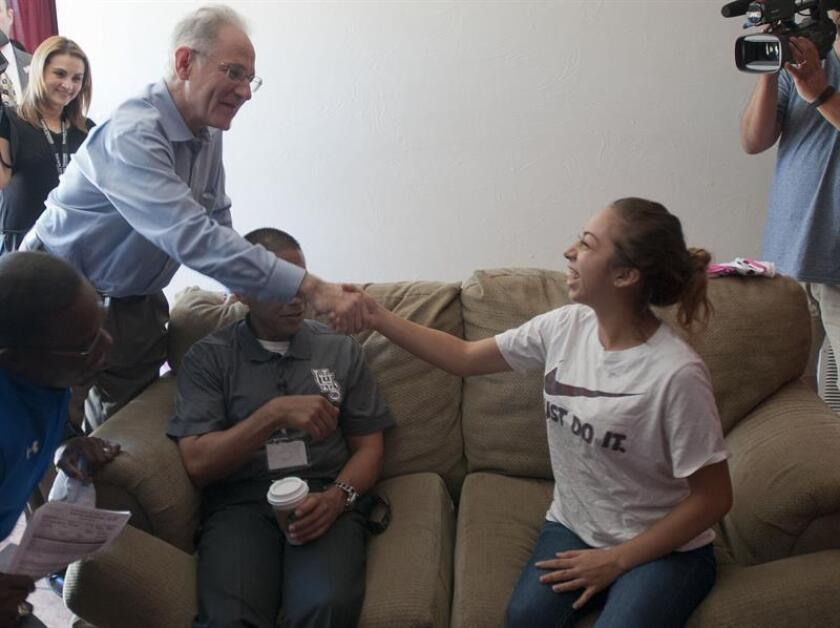 Un nuevo centro para servicios gratuitos a inmigrantes que podrían tener opciones de regular su estatus migratorio quedó inaugurado hoy en Tucson, Arizona, con la presencia del alcalde de la ciudad, Jonathan Rothschild (izq). EFE/ARCHIVO