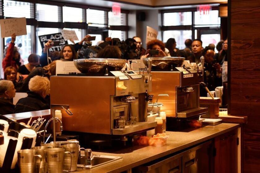 Vista de una protesta en una cafetería Starbucks en el centro de Filadelfia (Estados Unidos) el pasado lunes 16 de abril de 2018, dos días después de que dos hombres negros fuesen arrestados en el establecimiento. EFE/Archivo