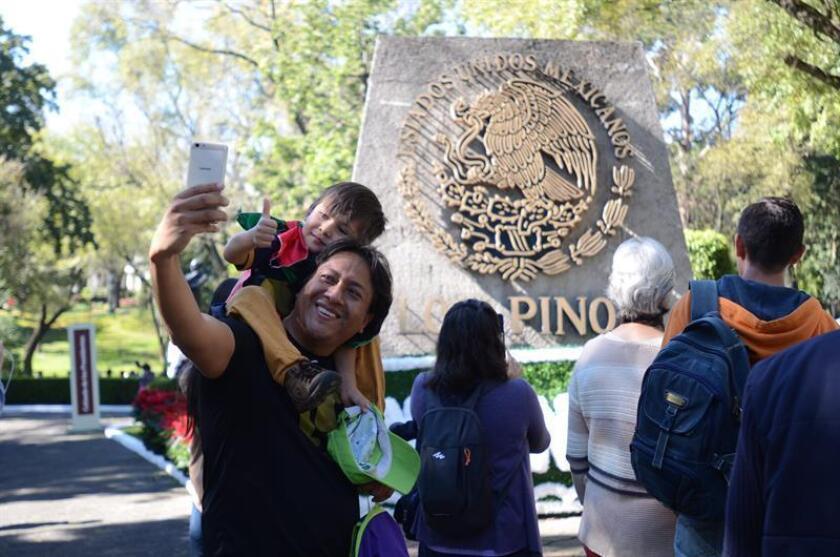 Un grupo de personas visita la residencia oficial de Los Pinos en Ciudad de México (México). Miles de mexicanos conocieron hoy el lujo y opulencia de Los Pinos, la residencia de los presidentes de México durante 80 años que era inaccesible hasta su apertura hoy como un centro cultural. EFE/STR