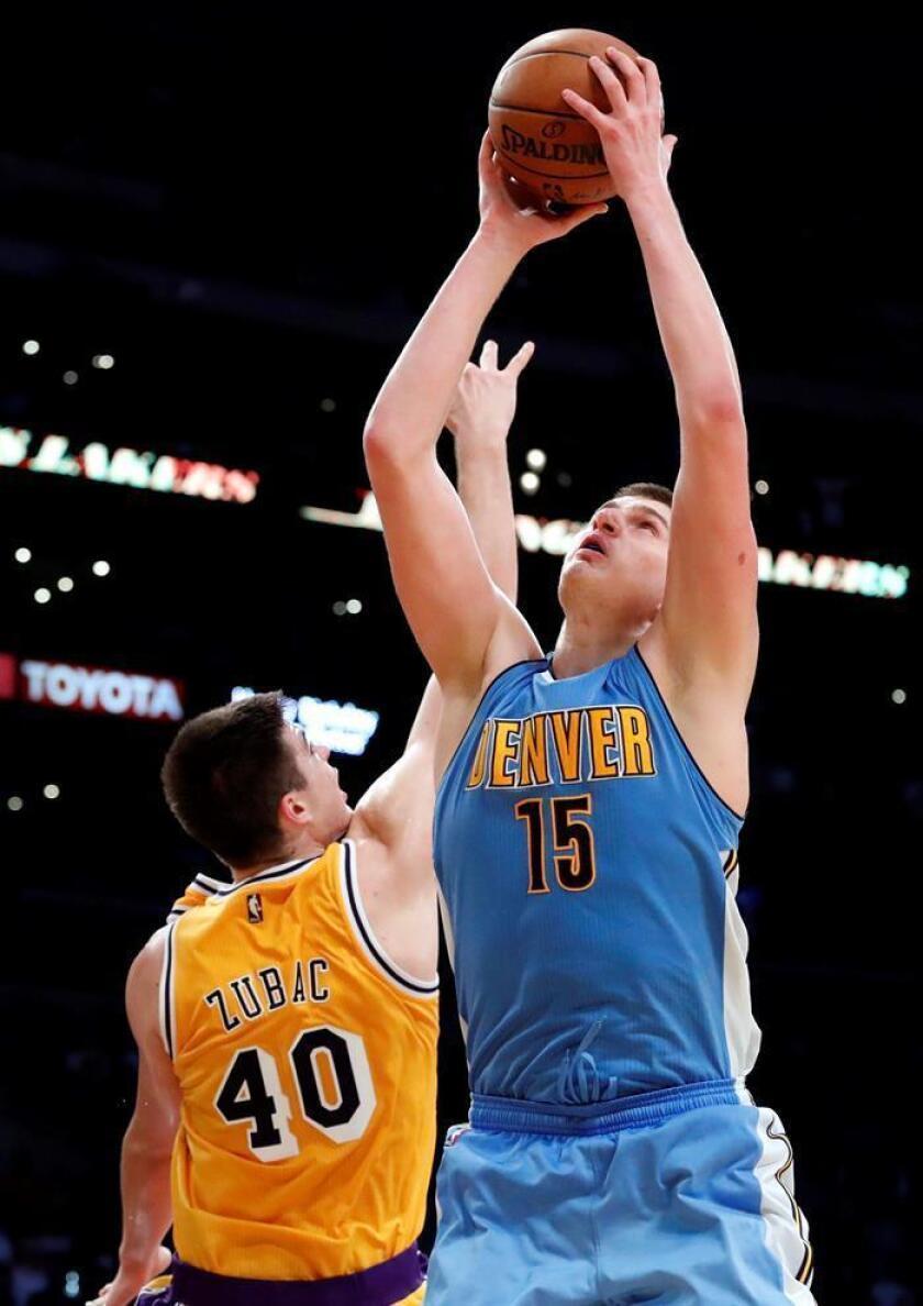 El jugador de los Nuggets de Denver Nikola Jokic (dcha) se enfrenta a Ivica Zubac (izq), de los Lakers de Los Ángeles, durante el partido. EFE