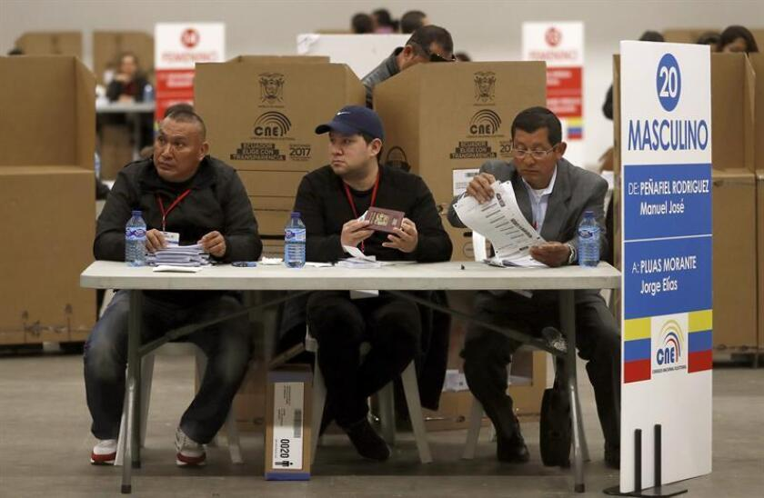 Más de 100.000 ecuatorianos podrán votar desde Estados Unidos en la consulta popular convocada para el próximo 4 de febrero en su país sobre temas como la reelección indefinida o la corrupción. EFE/ARCHIVO