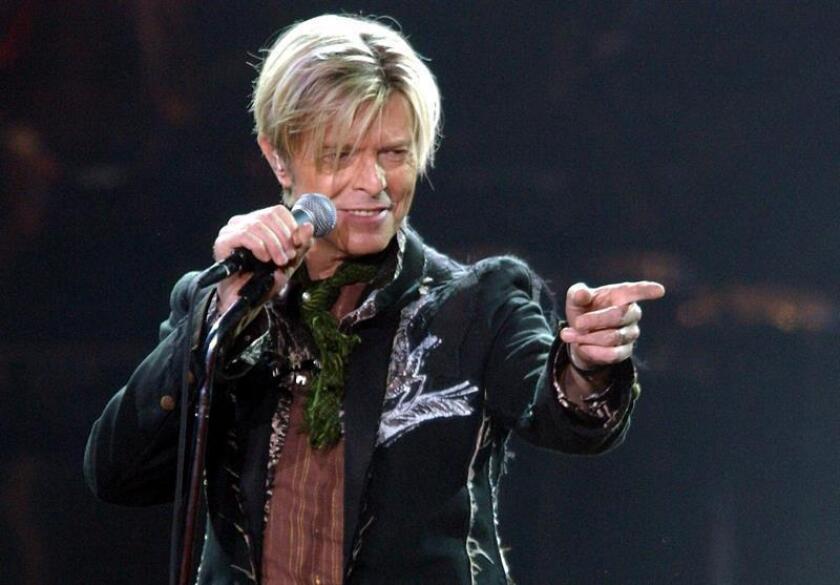El artista británico David Bowie, fallecido en enero de 2016, se hizo hoy con los primeros premios Grammy musicales de su carrera, según anunció la Academia de la Grabación. EFE/Archivo