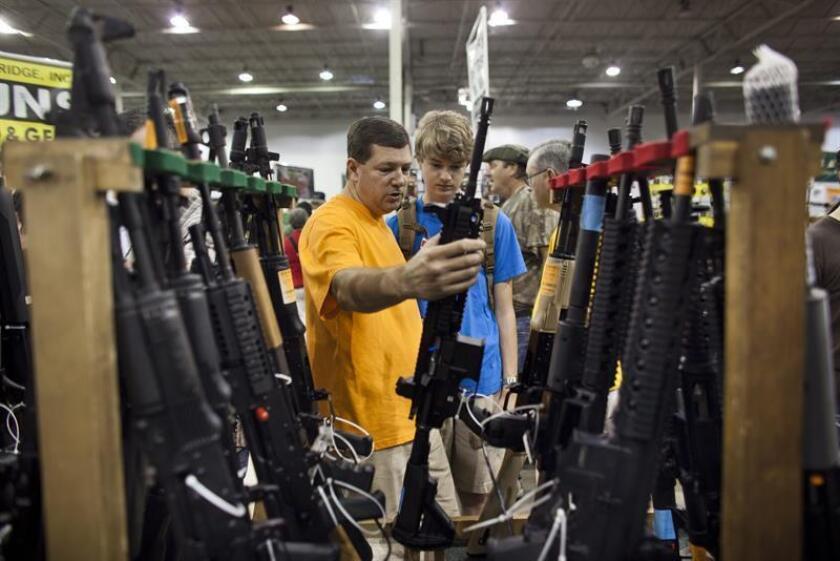 El estado de Nueva York reforzará desde este martes el control de armas de fuego en el estado con nuevos requerimientos legales, como la revisión de los antecedentes o la prohibición de la venta de aceleradores de disparos. EFE/Archivo