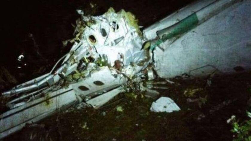 El avión se accidentó en una zona montañosa de difícil acceso en El Cerro Gordo, en el departamento de Antioquia, lo que dificulta las tareas de rescate.
