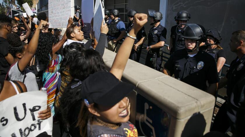 Esta es una foto del 7 de julio en Los Ángeles donde también hubo protestas. El día de ayer domingo, en la ciudad angelina volvió a haber manifestaciones del grupo Black Lives Matter para expresar su descontento sobre las muerte de dos residentes negros (Louisiana y Minnesota) a manos de la policía.
