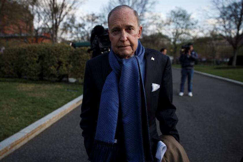 El nuevo director del Consejo Económico Nacional (NEC) de la Casa Blanca, Larry Kudlow, se dirige a los medios ante la Casa Blanca en Washington, Estados Unidos. EFE/Archivo